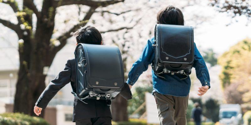 ランドセルを背負って登校する男の子2人