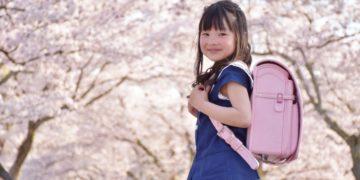 ピンク色のランドセルを背負う女の子