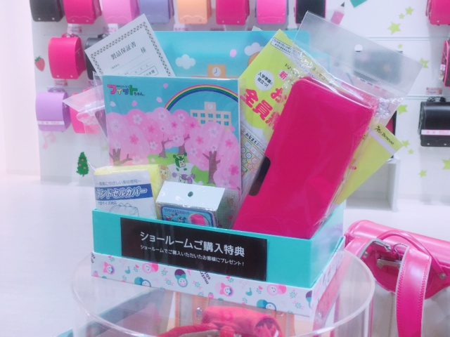 ショールームに展示されている購入特典(筆箱など)も展示されています。