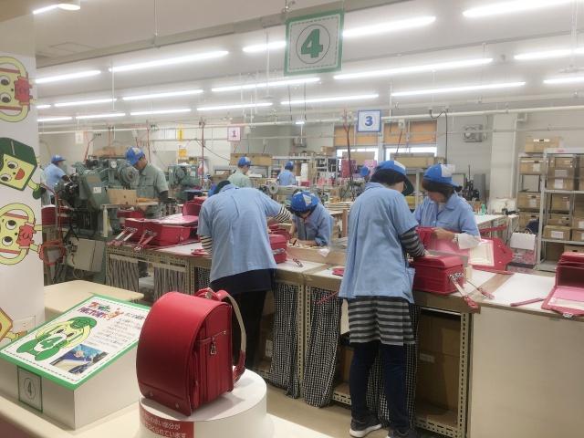 フィットちゃんランドセル黒崎工場の組立て作業の様子です。若い方が多く、黙々と作業に集中されていました。