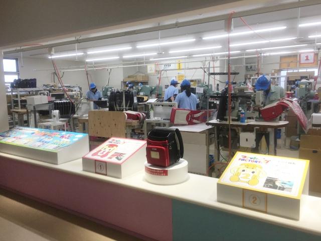 フィットちゃんランドセル黒崎工場の組立て作業の様子を紹介しています。思った以上に手作業でランドセルを作っています。