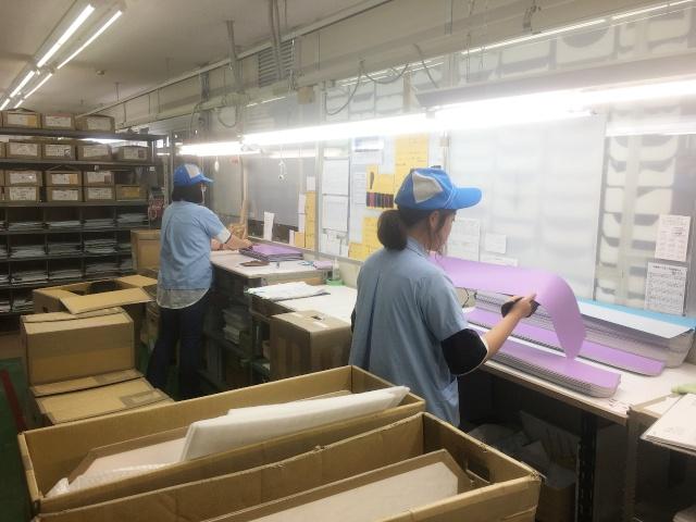 フィットちゃん赤田工場では、部材に傷や汚れがないか検品作業が行われています。