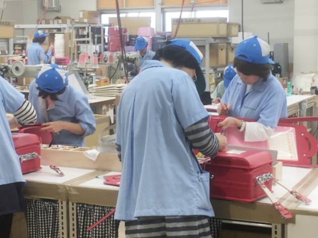 フィットちゃん黒崎工場では、ランドセル完成品の検品作業が行われています。