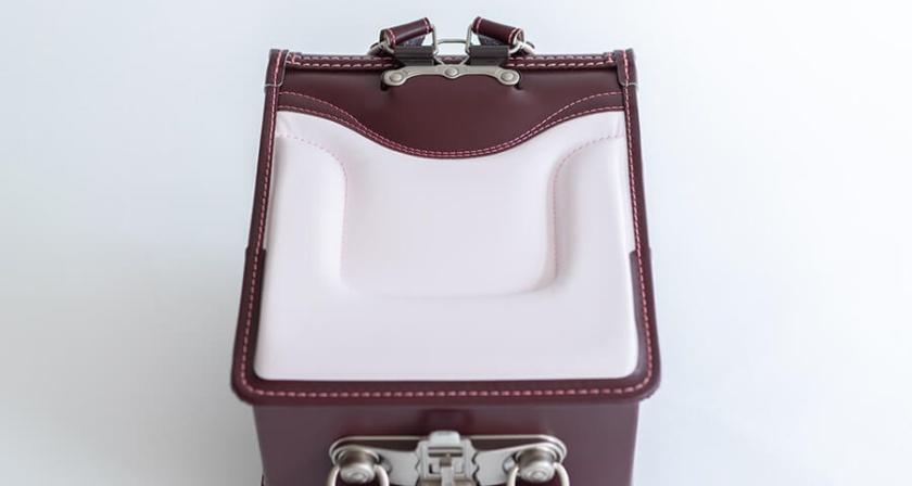 鞄工房山本ランドセルの背中クッションは二重構造で優しくフィットします。