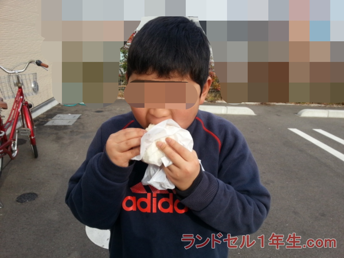 小学校入学前で肥満体型の肉まんを食べる男の子