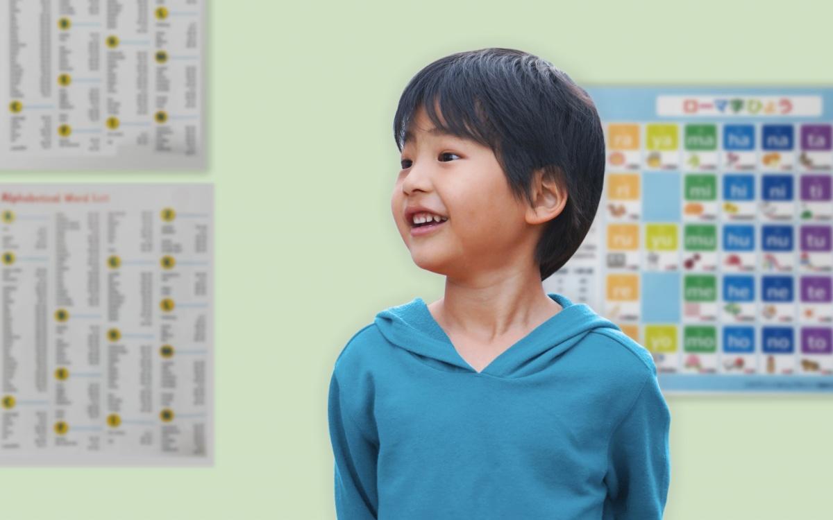 英会話教室で英語を習う小学1年生の男の子