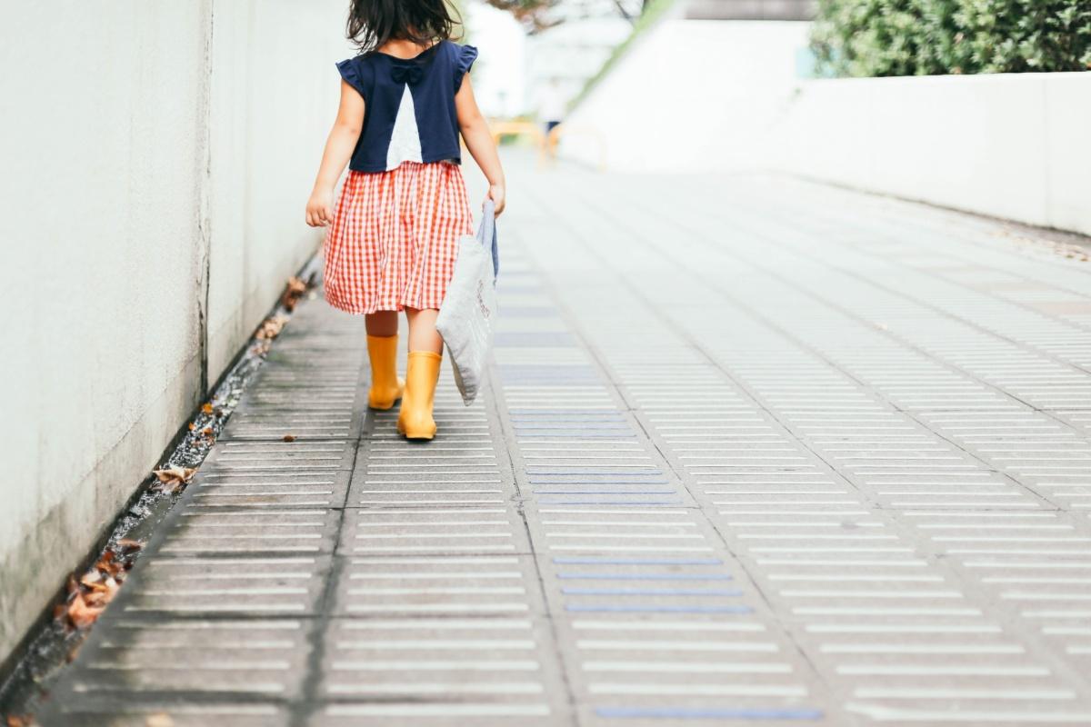 一人でお出かけする小学1年生の女の子。交通事故や不審者に要注意です。