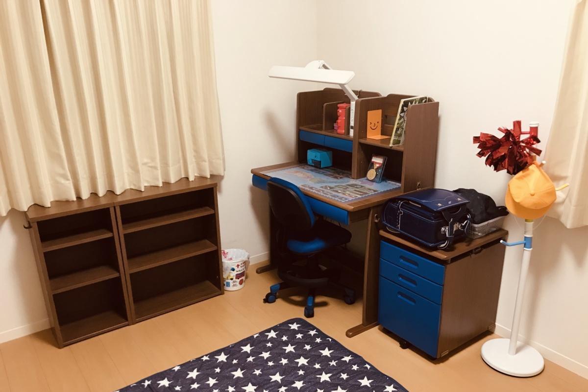 小学校入学と同時に一人部屋を子供に与えるとひとり寝のよいタイミングです。