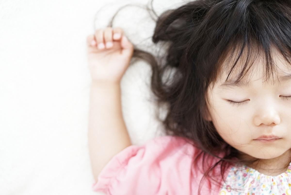 ひとり寝する女の子