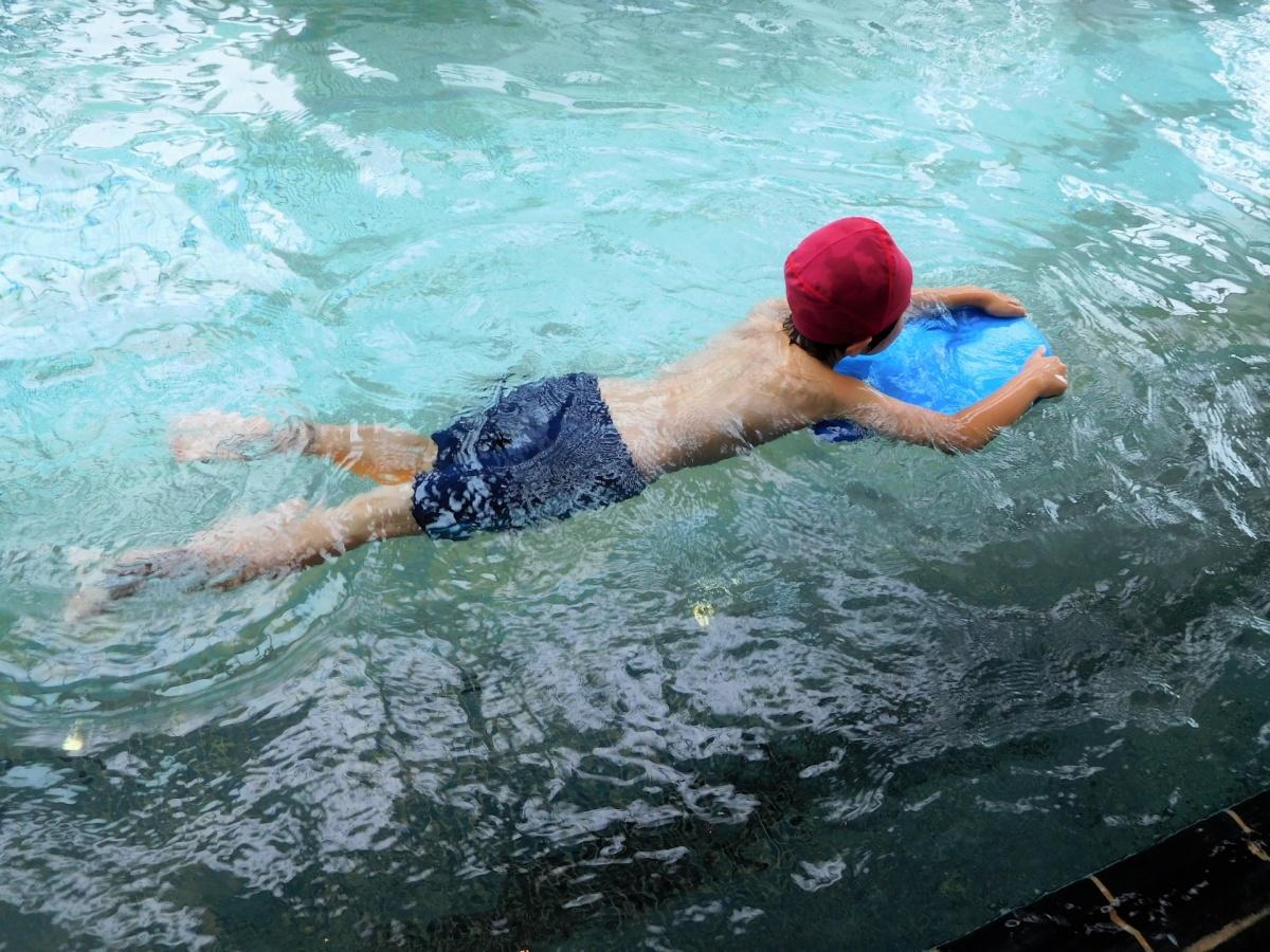 習い事でスイミングをする小学1年生の男の子