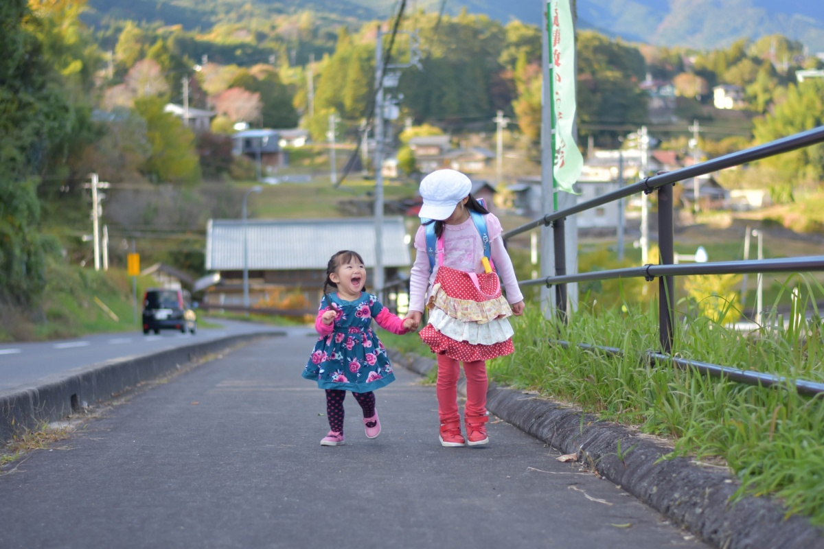 小学校からの帰宅時に妹と一緒にあるく小学1年生の女の子
